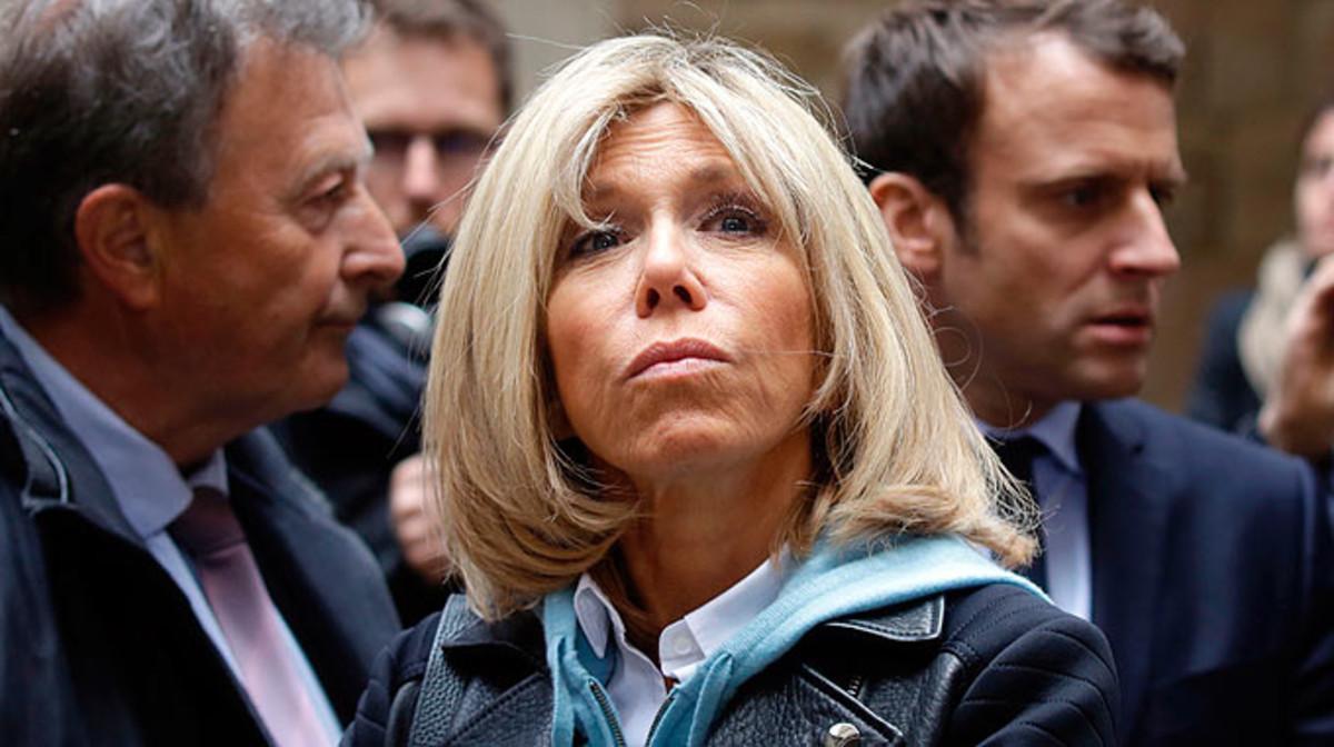 Brigitte Trogneux, delante de Emmanuel Macron, en un acto de campaña en Oradour-sur-Glane (Francia).
