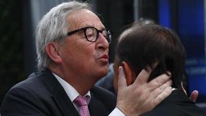 El presidente de la Comisión Europea Jean-Claude Juncker recibe a los asistentes al consejo especial.