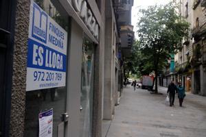 Plano detalle de un cartel de alquiler en un local de la Rambla de Girona