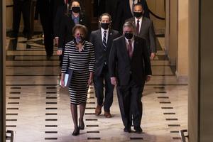 Miembros de la Cámara de Representantes cruzan el Capitolio para entregar al Senado el artículo por el que reclaman el 'impeachment' de Trump.