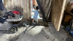 Un niño migrante en la frontera entre Bosnia y Croacia.