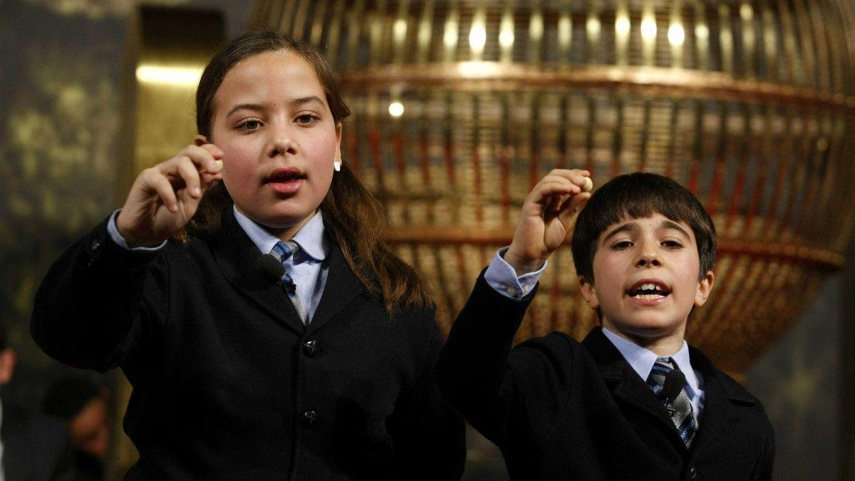 Niños de San Ildefonso cantando premios de la Lotería de Navidad.