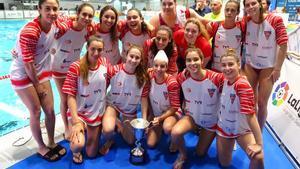 El equipo femenino de waterpolo del CN Terrassa con el trofeo de subcampeonas de la Copa de la Reina.