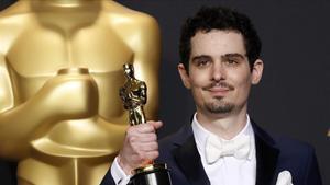 Damien Chazelle posa con el Oscar a mejor director por el musical 'La la land'(2017)