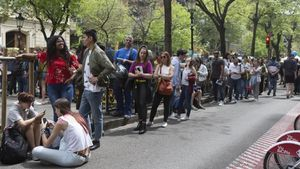 Cola para conseguir una firma del poeta urbano César Brandon en el Sant Jordi de 2018.