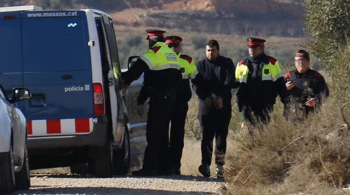 El asesino de los dos agentes rurales en Aspa, durante un reconocimiento del lugar de los hechos, el pasado mes de enero.