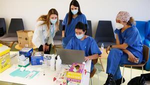 Enfermeras vacunan a profesionales de primaria de Barcelona, el jueves.