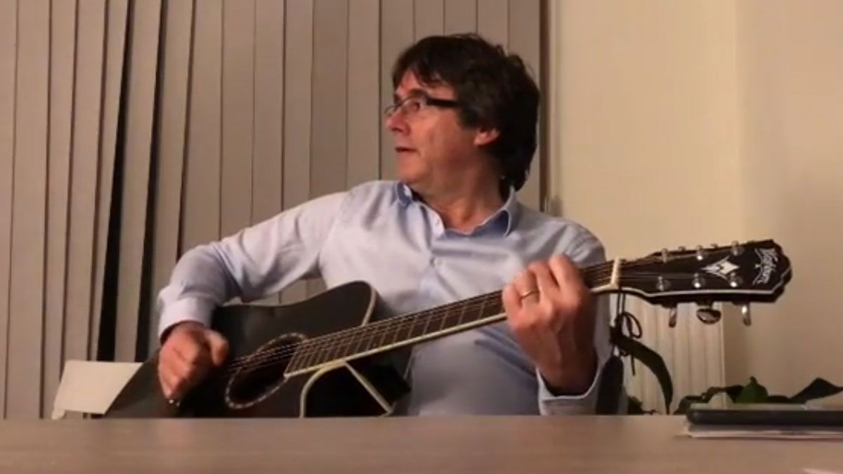 Carles Puigdemont canta a la guitarra el tema 'Take me home, country roads'.