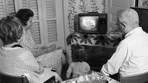 Una familia parisina observa en directo la llegada del hombre a la Luna el 21 de julio del 1969