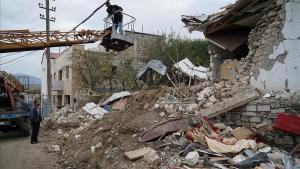 Ciudadanos de Stepanakert tratan de reparar parte de los grandes desperfectos causados por los bombardeos en el Alto Karabaj.