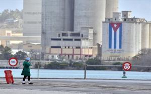 Una persona en Cubacon mascarilla por coronavirus.