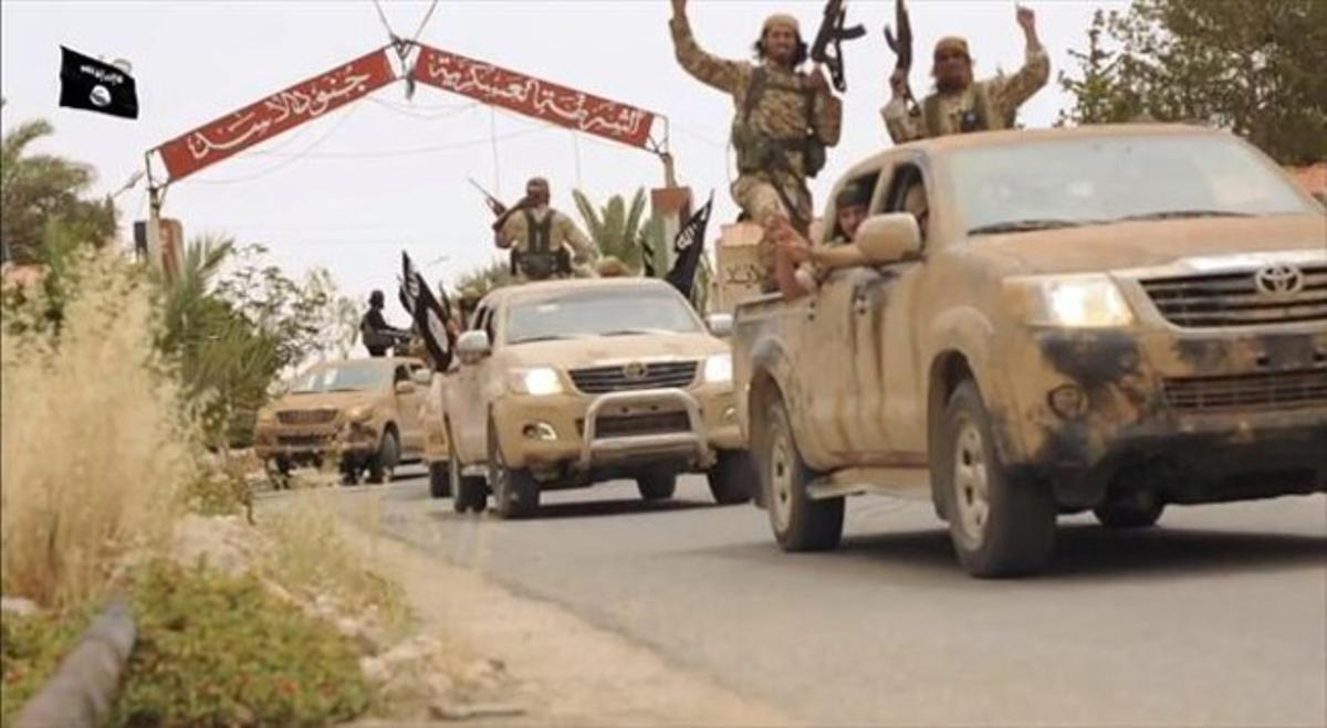Una imagen tomada de un vídeo difundido en un medio yihadista muestra una supuesta caravana de combatientes del Estado Islámico en Siria.