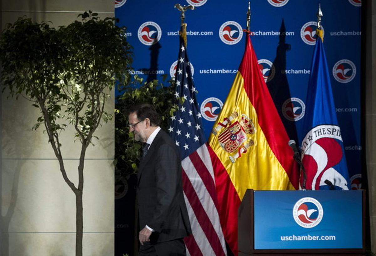 Mariano Rajoy se retira tras concluir su discurso en la Cámara de Comercio de Washington, el martes.