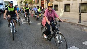 La alcaldesa de Madrid, Manuela Carmena, durante su participación en un acto para promocionar el uso de la bicicleta con motivo de la Semana de la Movilidad.