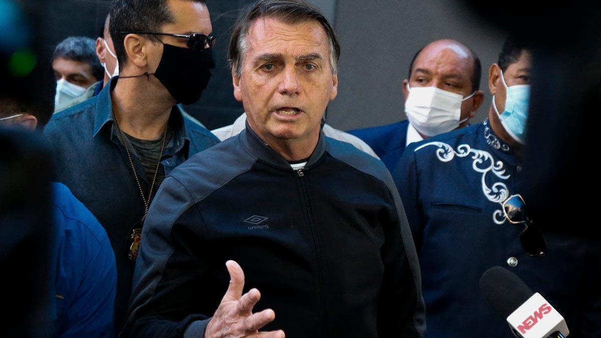 Jair Bolsonaro se dirige a los medios tras recibir el alta en el Hospital Vila Nova Star, en Sao Paulo.