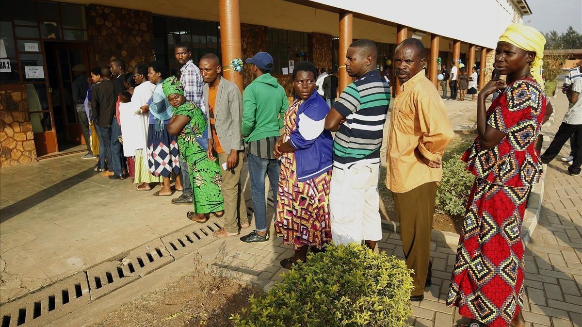 Varias personas hacen cola para votar en las elecciones en un colegio electoral en Kigali, el 4 de agosto.