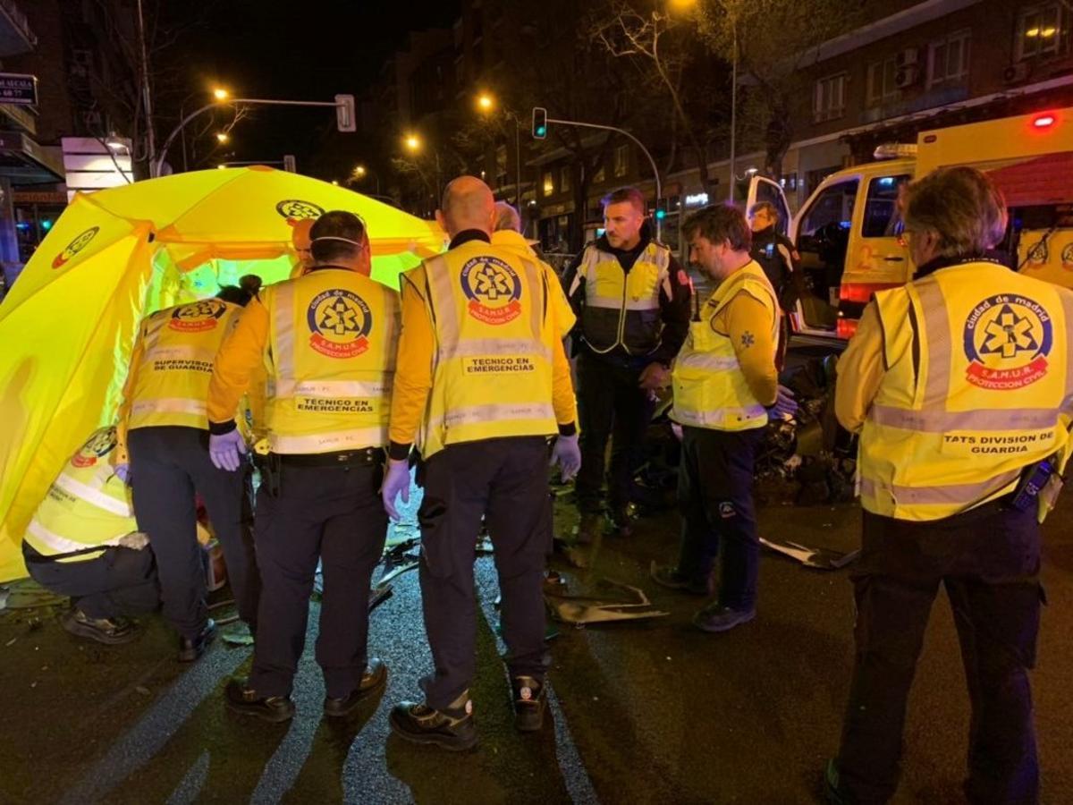 El Samur atiende a una víctima de un accidente de tráfico en la calle Alcalá.