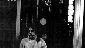 imágenes escalofriantes.  La cámara del cajero automático de La Caixa registró a uno de los acusados con el bidón de disolvente (derecha) con el que quemarían a Rosario Endrinal (izquierda).