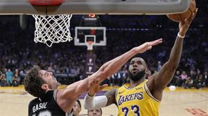Pau Gasol intenta frenar a LeBron James en el Lakers-Spurs del pasdo mes de octubre.