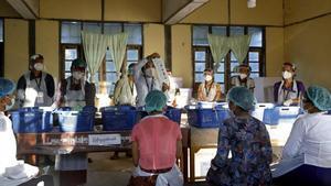Votaciones en un colegio electoral de Yangon.