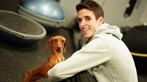 Alex Márquez, con uno de sus perros, en su gimnasio de Cervera (Lleida).