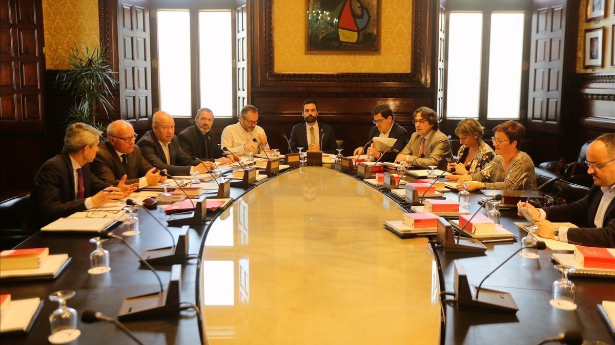 La Mesa del Parlament reunida, el pasado abril.