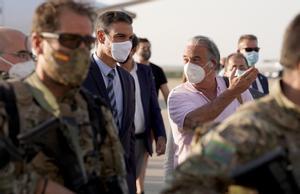 El presidente del Gobierno, Pedro Sánchez, y Gabriel Ferrán, embajador en Afganistán, a la llegada de este a la base de Torrejón de Ardoz, el pasado 27 de agosto de 2021.
