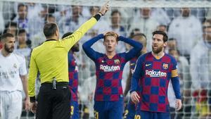Messi y De Jong se quejan de una decisión de Mateu Lahoz en el clásico del Bernabéu.