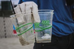 Imagen de unos vasos de plástico reutilizables