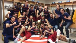 Los jugadores del Barça júnior posan con el trofeo de campeón en el Mercedes Benz Arena