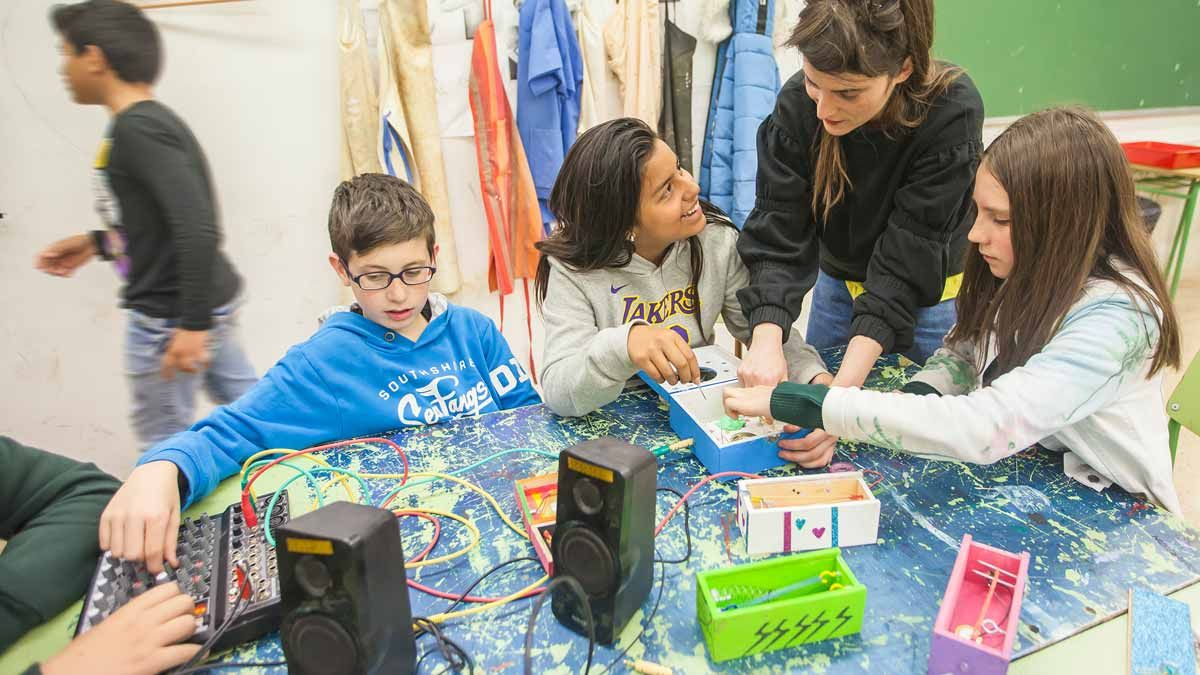 Proyecto 'En residència'. Taller de fabricación de sintetizadores electrónicos musicales por alumnos de primero de ESO en el Institut Vall d'Hebron de Barcelona.