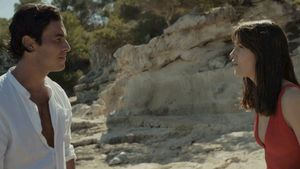 Mireia Oriol y Mario Casas en 'Amor a primera vista', la campaña de verano de Estrella Damm 2021.