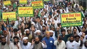 Manifestantes en Karachi contra Francia y Charlie Hebdo, este viernes.