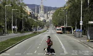 La calle de la Marina de Barcelona, prácticamente desierta y con la Sagrada Família al fondo, elpasado 29 de marzo.