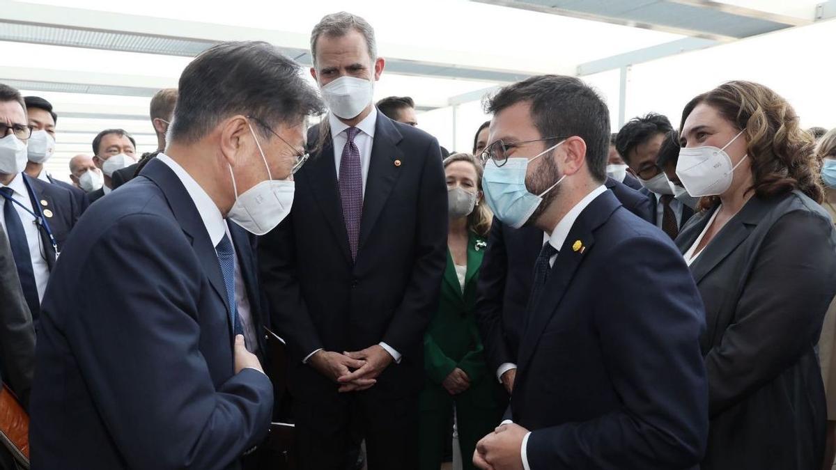 Pla obert del president Aragonès intercanviant unes paraules amb el president de la República de Corea del Sud, Moon Jae-in, amb el rei Felip VI al fons a la Reunió Anual del Cercle d'Economia, el 16 de juny del 2021 (Horitzontal)