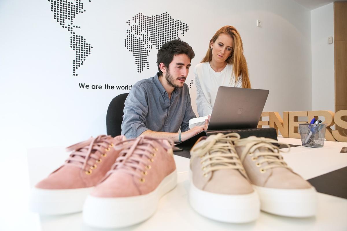 Adrià Gustà y CarlaMorillas, en la sede de Feners, fabricante de zapatillas,en La Garriga.