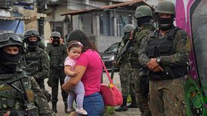 Una patrulla militar en la favela Vila Kennedy, en Río de Janeiro, en una foto del 2018.