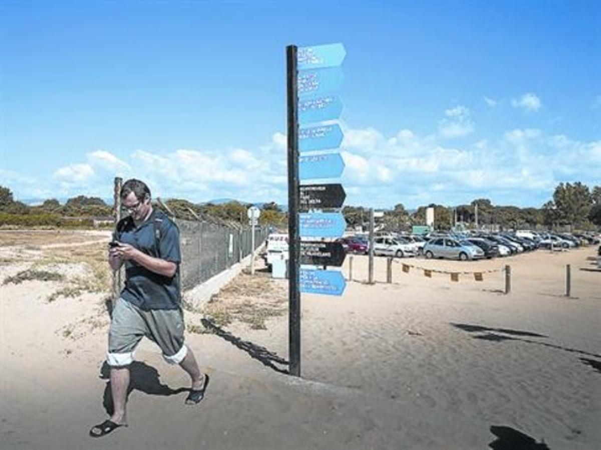 TOT AL MÒBIL Un home consulta, ahir, a Viladecans, la nova aplicació per a telèfons mòbils creada per l'AMB per donar informació sobre les platges.