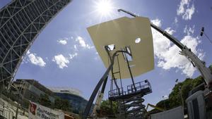 La lámina de la imponente escultura de Antoni Llena, ya reubicada en lo alto de la obra artística ubicada en la Vila Olímpica.