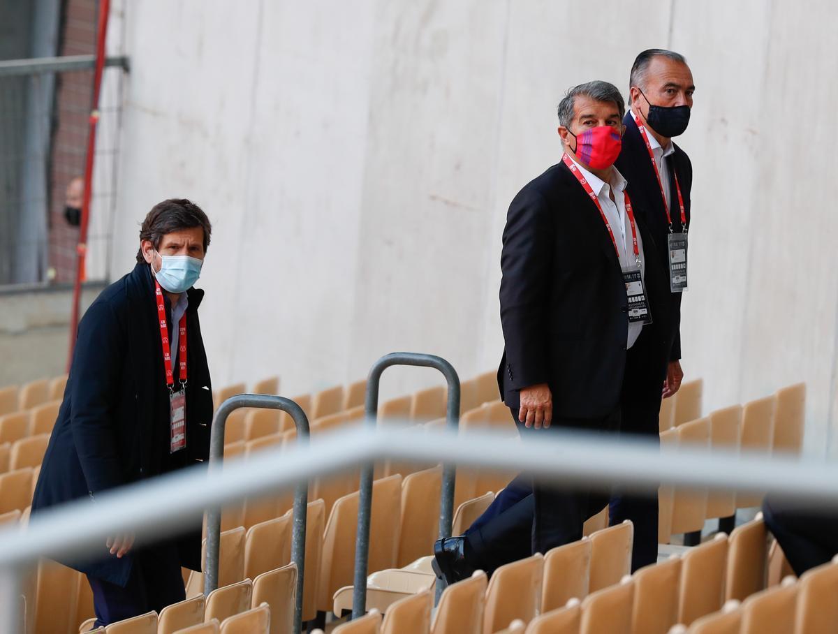 Mateo Alemany, director de fútbol del Barça, Laporta y Yuste, el vicepresidente deportivo, en La Cartuja de Sevilla.