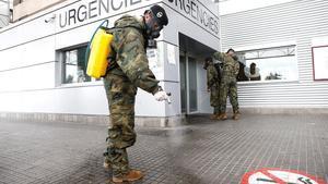 Miembros del Ejército de Tierra, desinfectando los alrededores del Hospital Trias i Pujol (Can Ruti ) de Badalona, el 26 de marzo.