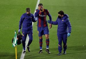 Araujo abandona lesionado el Benito Villamarín con un esguince en el tobillo izquierdo.