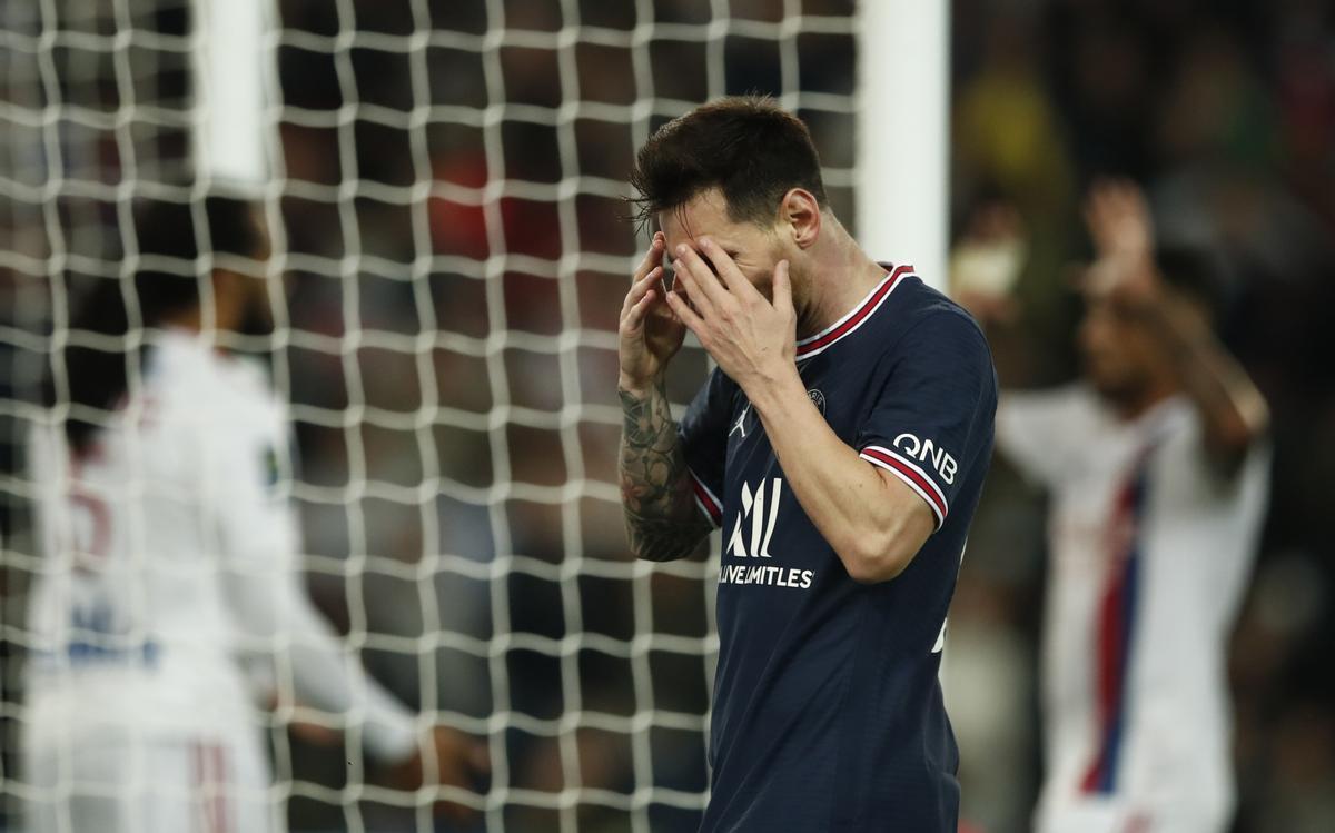 Messi se lamenta de una jugada.