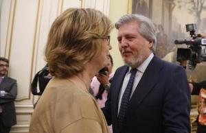 El ministro Íñigo Méndez de Vigosaluda a la entonces 'consellera' de Ensenyament, Irene Rigau, en la primera y de momento única reunión de la Conferencia Sectorial de Educación que ha convocado, el pasado 13 de agosto.