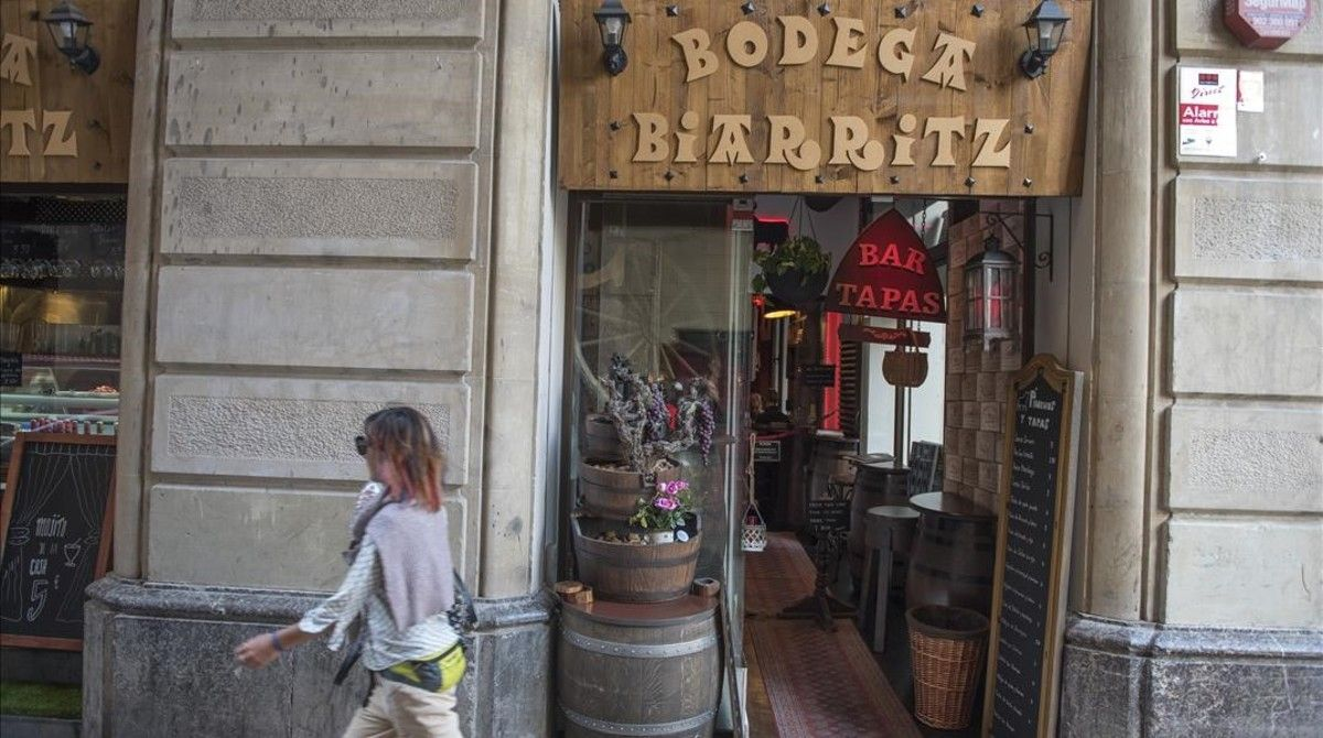 Acceso a la Bodega Biarritz, distinguida en TripAdvisor como mejor restaurante de Barcelona.