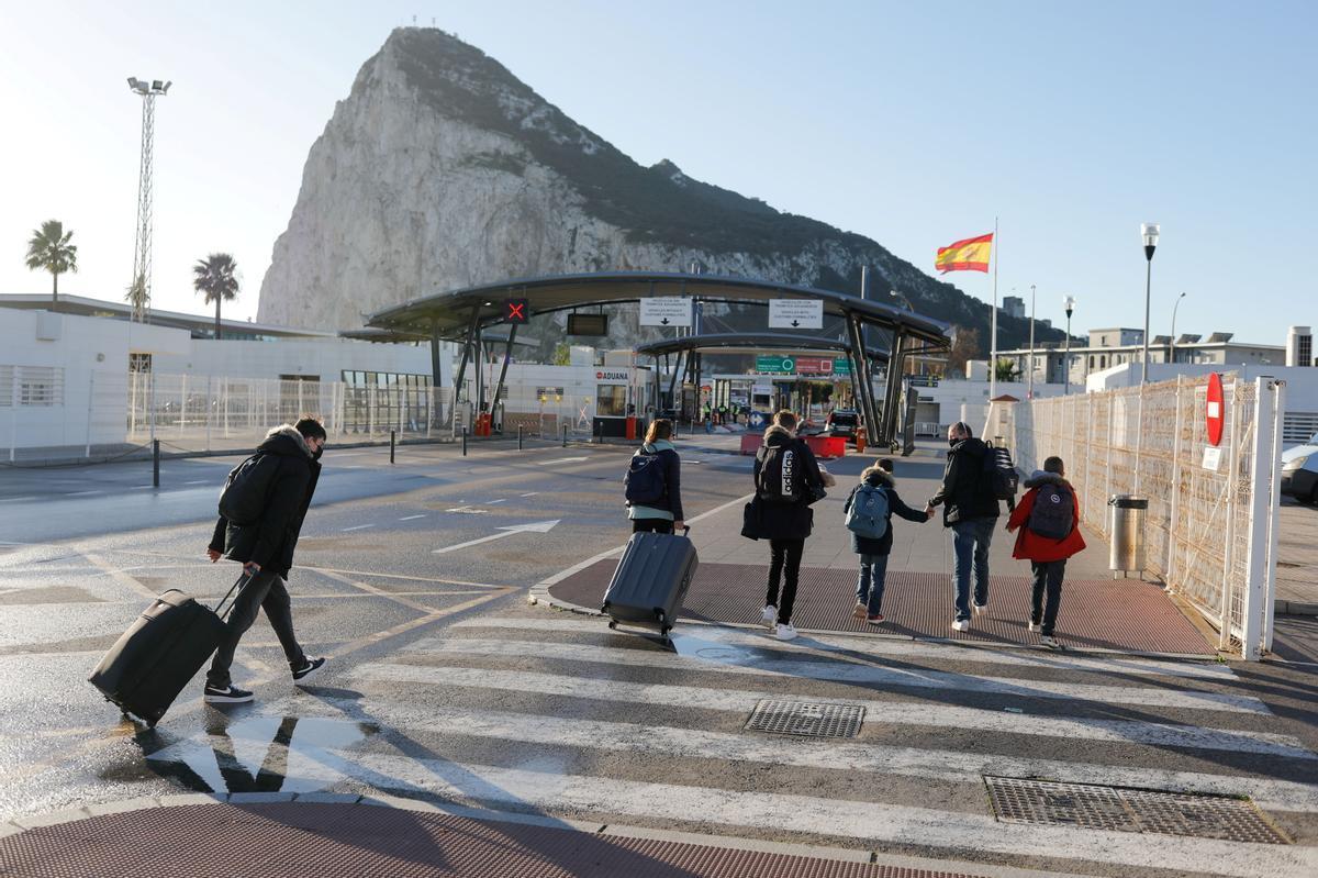 Una familia británica se dirige hacia Gibraltar desde La Línea de la Concepción, el 1 de enero del 2021.