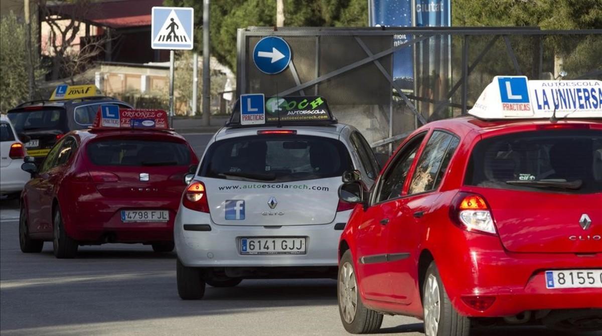 Entrada de coches de autoescuelas a los exámenes de conducción en Barcelona.