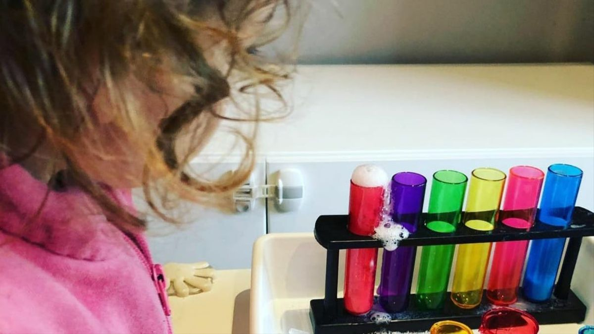 Una niña mira un experimento.