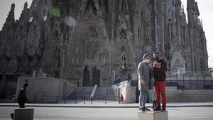 España recibe 18,9 millones de turistas extranjeros en el 2020, 65 millones menos. En la foto, dos turistas junto a la Sagrada Familia, en Barcelona, vacía.