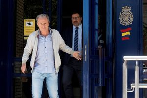 Jose Antonio Martín,Peton, consejero y máximo accionsita de la SD Huesca a la salida de la comisaría.